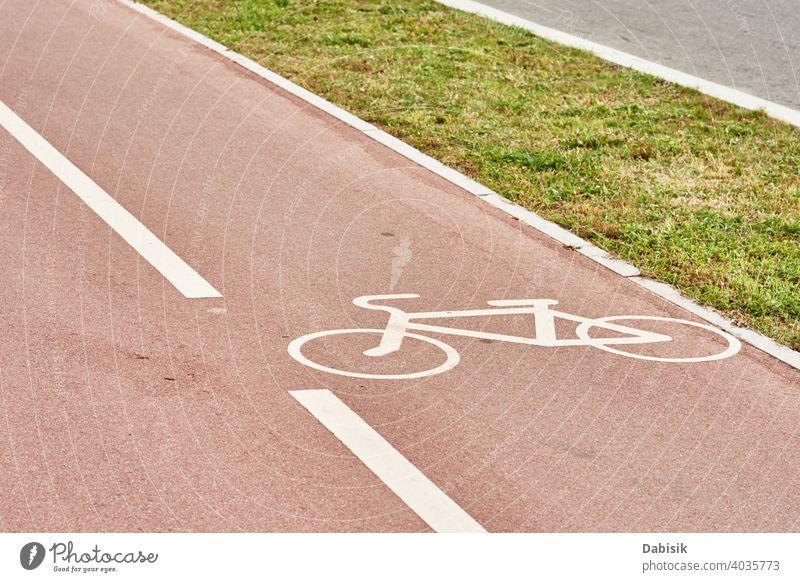 Leerer Fahrradweg in der Stadtstraße Weg Zyklus Fahrspur Straße Bahn Symbol Zeichen urban Großstadt Radfahrer Verkehr im Freien Sport Asphalt Transport Übung