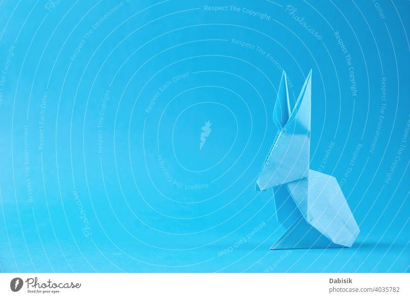 Papier Origami Esater Kaninchen auf einem blauen Hintergrund. Ostern Feier Konzept Hase Feiertag Tier Dekoration & Verzierung Frühling Glück niedlich Kunst