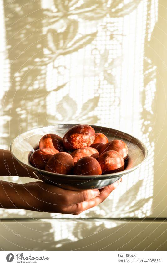 Rote Ostereier auf einem Teller. Hand rot Ostern Ei Feier Eier orthodoxe Tradition Religion Griechen Christentum Orthodoxie Riss traditionell Griechenland