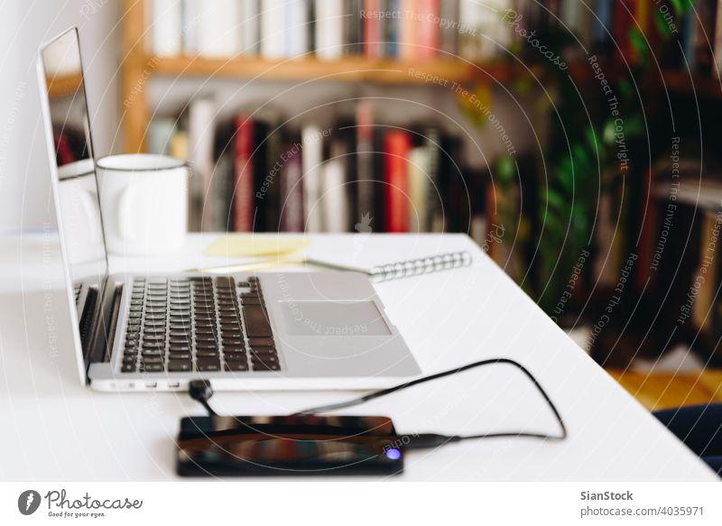 Nahaufnahme Detailansicht eines weißen Arbeitstisches mit Laptop, Festplatte und Kaffee Büro Design Arbeitsbereich heimwärts Business Becher Tasse Arbeitsplatz