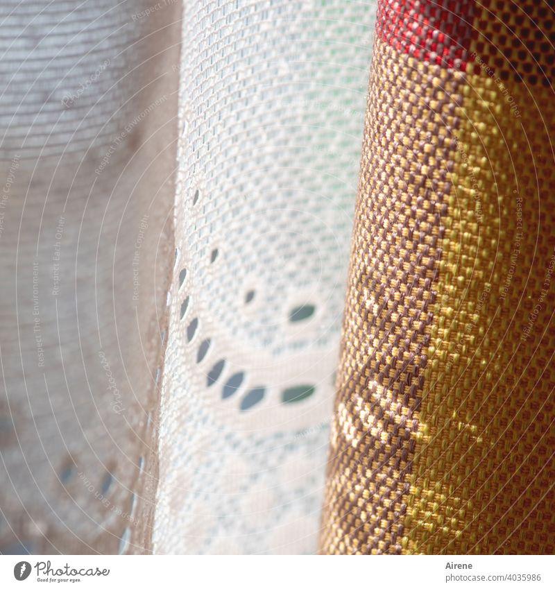Vorhang auf, Vorhang zu, ja was denn nun? Gardine Stoff Dekoration & Verzierung Wohnung grau Muster Lochmuster Lichterscheinung Sonnenlicht Häusliches Leben