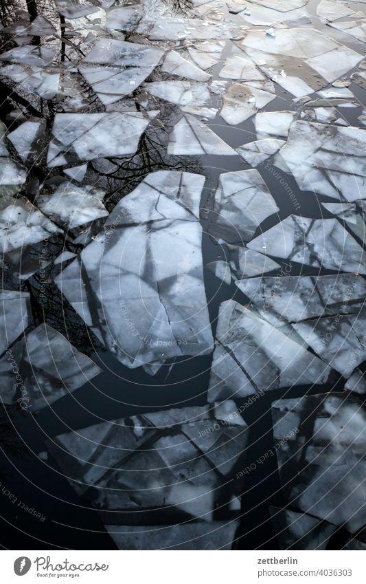 Noch ein paar Eisschollen beim Auftauen ausflug eis eisscholle erholung ferien fluß gefroren kalt kanal kälte landschaft natur schifffahrt see sport teich ufer
