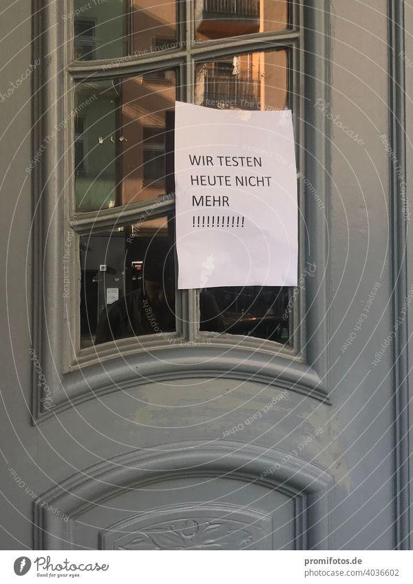 """Corona-Pandemie: Aushang an Haustür """"Wir testen heute nicht mehr!"""" / Foto: Alexander Hauk flyer Außenaufnahme Panoramafreiheit grau Glas Papier coronavirus"""