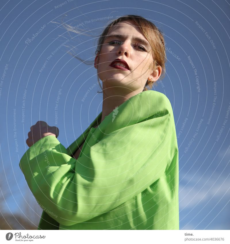 Lara frau jacke himmel sonnig blond langhaarig stylish Blick in die Kamera Schönes Wetter drehung skeptisch
