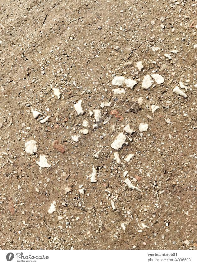 Kieselsteine auf dem braunen schmutzigen Weg dreckig Schlamm Park Parklandschaft Stein Steine Garten Gartenarbeit Baustelle Hintergrund Struktur Textur Schmutz