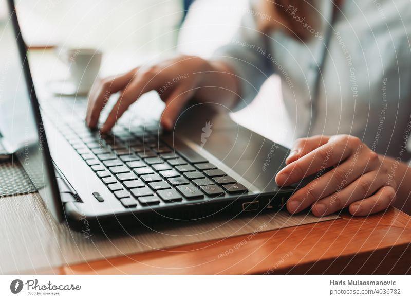 Tippen auf Laptop-Tastatur Nahaufnahme, Freiberufler Remote-Arbeit Blogger Business Café Kaffeepause Mitteilung Computer Schreibtisch digitaler Nomade Frau