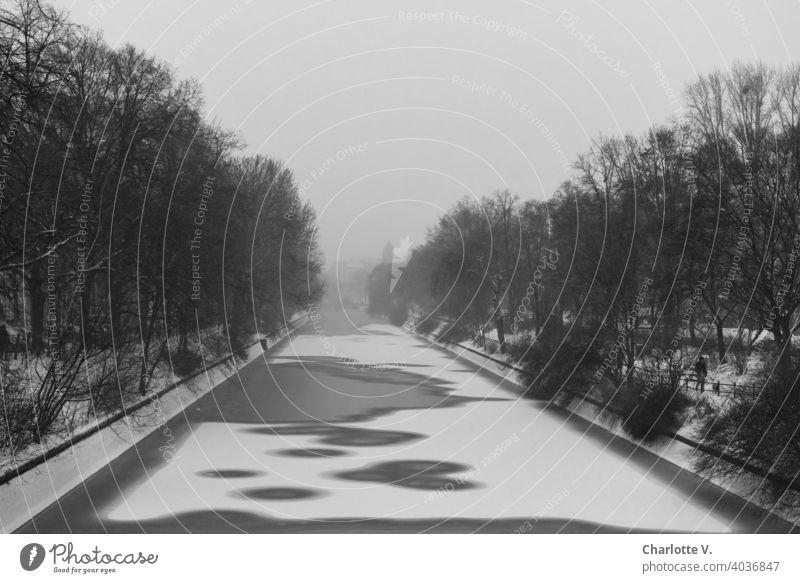 Corona thoughts | Grau in Grau in Grau Winter zugefroren Wasser Kanal Landwehrkanal Eis Außenaufnahme Schnee Frost kalt Eisfläche Menschenleer Nebel trist