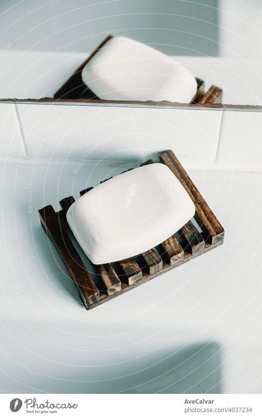 Eine harte Seife über einer Seifenschale in einer weißen Toilette Bad Dusche Sauberkeit Waschen Hintergrund Hygiene Nahaufnahme Textur Spa Gesundheit Pflege