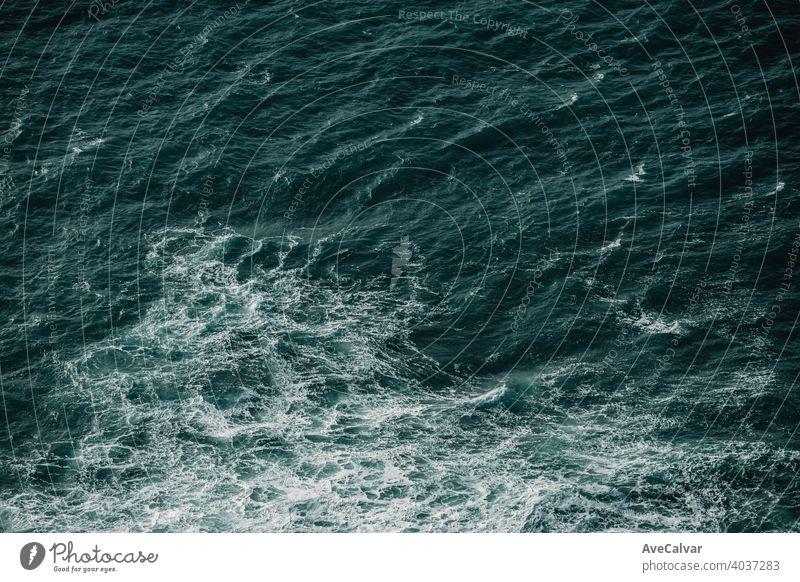 Luftaufnahme des Ozeans mit einigen Gezeiten um Wasser Natur MEER Meer winken blau Spray groß Sommer Himmel Kraft Brandung gefährlich Hawaii extrem Surfen