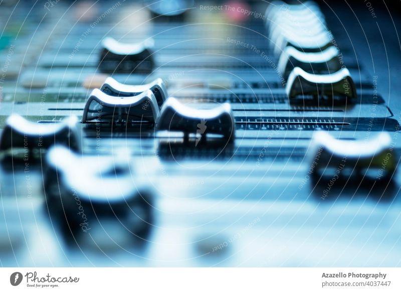 Ansicht des Audio-Mixer-Bedienfelds mit Schiebereglern. Audiomischer Hintergrund Holzplatte Ausstrahlung Rundfunksendung Nahaufnahme Konzert Konsole Kontrolle
