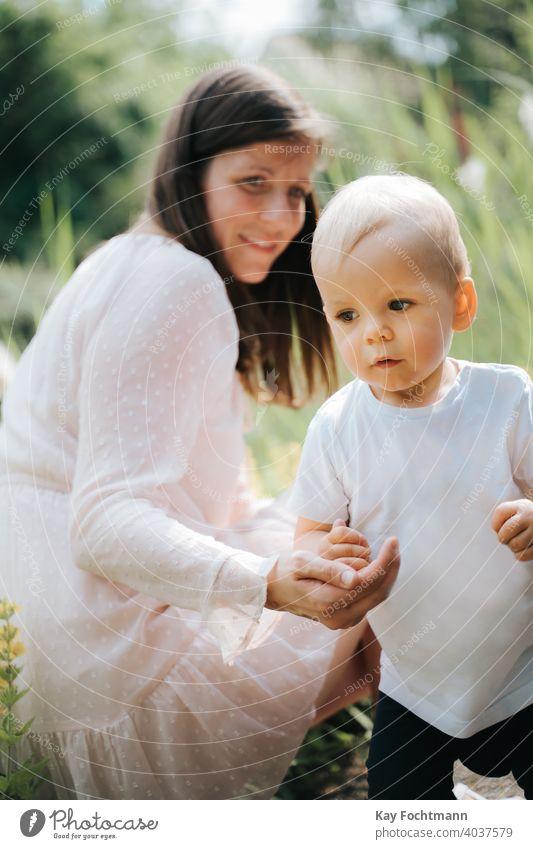 süßes Baby Junge und seine Mutter im Freien bezaubernd Bonden Kind Kindheit krabbeln kriechend niedlich Gefühle erkunden erkundend Ausdruck Familie Spaß Garten