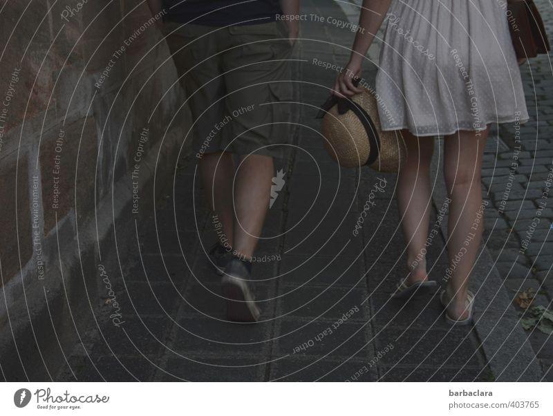 !trash! 2013   Ein Sommerabend Mensch Frau Mann Stadt Freude dunkel Erwachsene Wand Straße Gefühle feminin Wege & Pfade Mauer Stil gehen