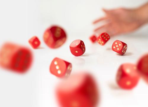 Viele rollende rote Würfel  - Chancen erhöhen Brettspiel spielend geworfen Risiko Erfolgskonzept risiko finanzierung Business Ergebnis Glücksspiel Würfeln