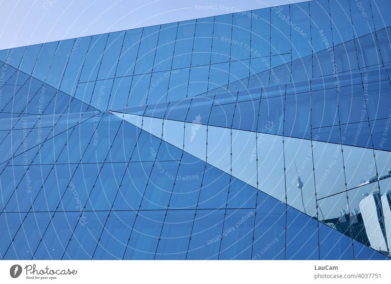 """Spiegelung des Berliner Fernsehturms im """"Cube Berlin"""" Fernsehturm Berlin Turm Alexanderplatz Architektur Berlin-Mitte Hauptstadt Sehenswürdigkeit Wahrzeichen"""