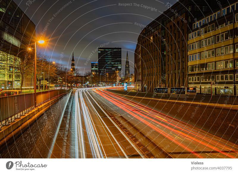 Nachts in Hamburg Willy-Brandt-Straße Leuchtspuren St.Katharinen Kirche St. Nikolai Kirche Kontorhaus Kontorhausviertel Verkehr Dunkel beleuchtet