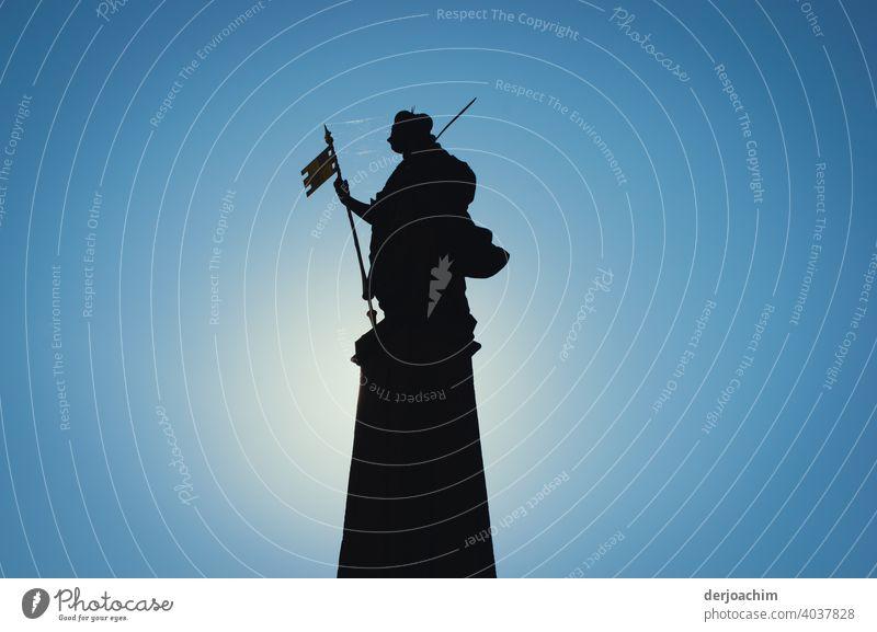 Brückenwächter Statue Religion & Glaube Kunst Kultur Erkenntnis Gesicht ruhig Figur Fahne Sockel Sonne Schatten Hut