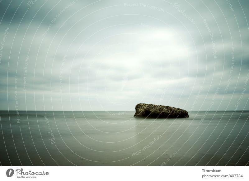 Du schaffst das! Urelemente Wasser Himmel Wolken Horizont Nordsee Dänemark Beton liegen sportlich stark blau grau Gefühle Kraft Symbole & Metaphern Ewigkeit