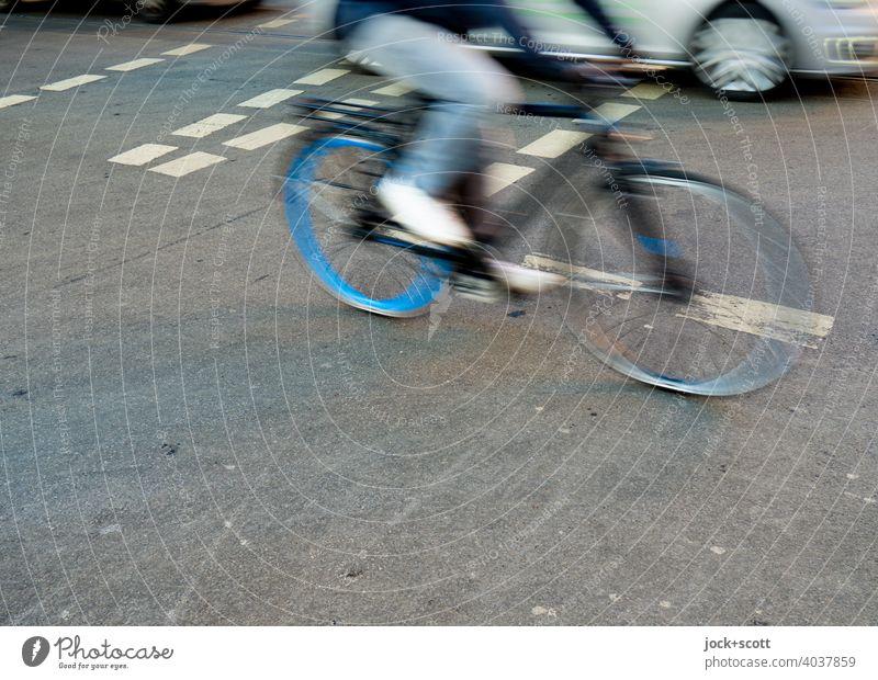 Mobilität mit Rad oder Auto über die Kreuzung Fahrrad Fahrradfahrer Straße Straßenkreuzung Verkehr Verkehrswege Verkehrsmittel Bewegungsunschärfe fahren