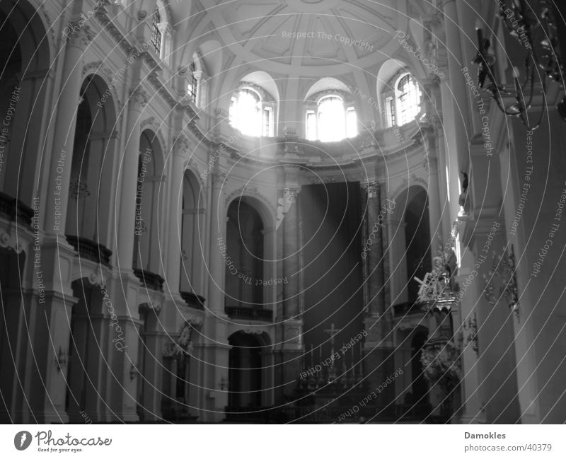 Andacht Hofkirche Dresden Sonnenstrahlen Gebet ruhig Fenster Altar verpackt Katholizismus Architektur Schwarzweißfoto Religion & Glaube Barock