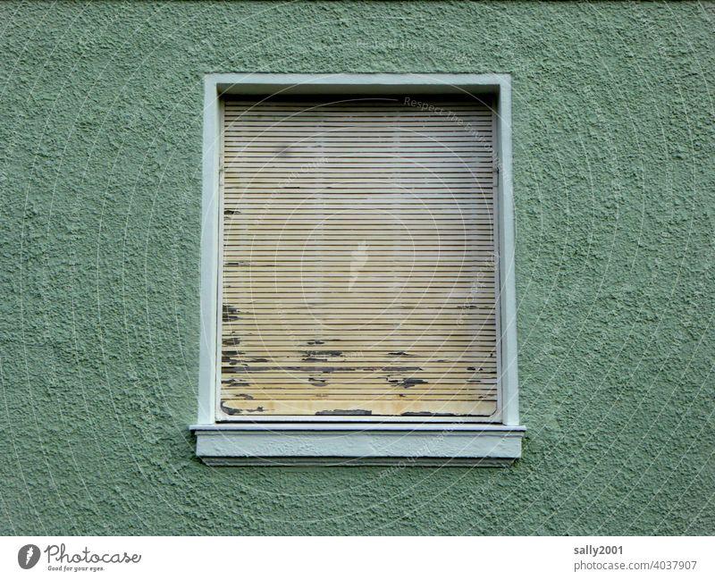 Verdunkelung... Fassade grün Fenster Jalousie geschlossen dicht alt kaputt abgeblättert Haus Wand Rollladen Gebäude Mauer trist Rollo Architektur Stadt