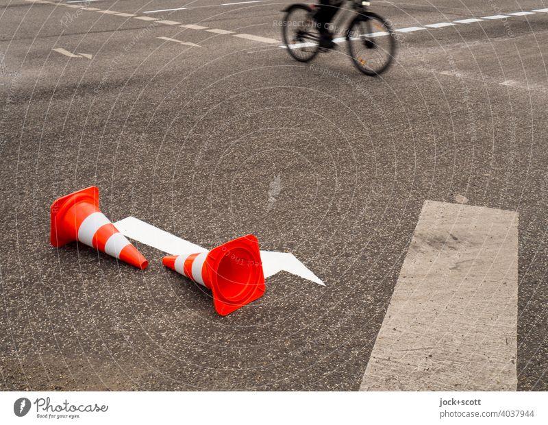 Neue Fahrbahnmarkierung braucht die Straßenkreuzung Fahrrad Fahrradfahrer Verkehrswege Verkehrsmittel Mobilität Bewegungsunschärfe fahren Hintergrund neutral