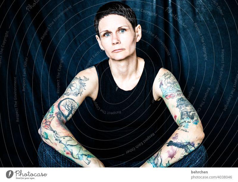 . beeindruckend besonders allein feminin bunt selbstbewußt Arme melancholie Feminismus Depression verletzlich Oberkörper tattoos ästhetisch Einsamkeit Selfie