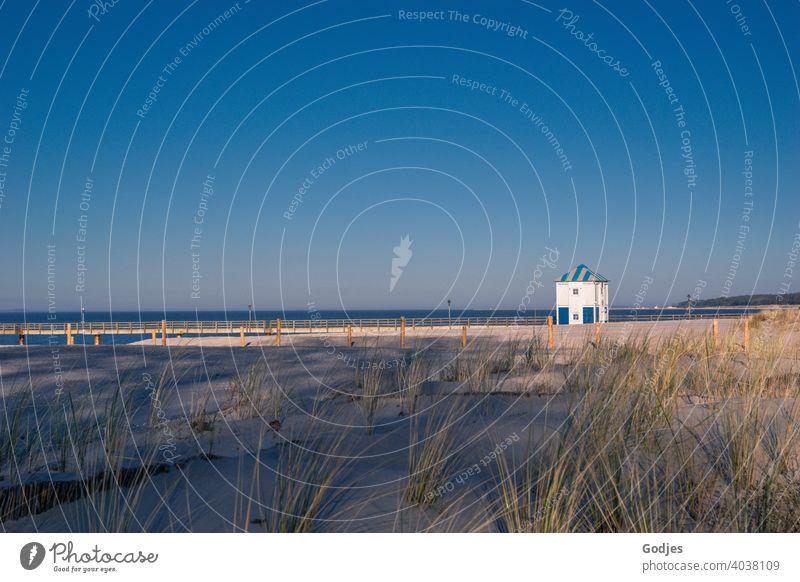 Rettungsschwimmerturm und Brücke hinter einer Düne am Strand rettungsschwimmerturm Strandspaziergang Promenade Sand Lubmin Schatten Himmel Meer Küste Wasser