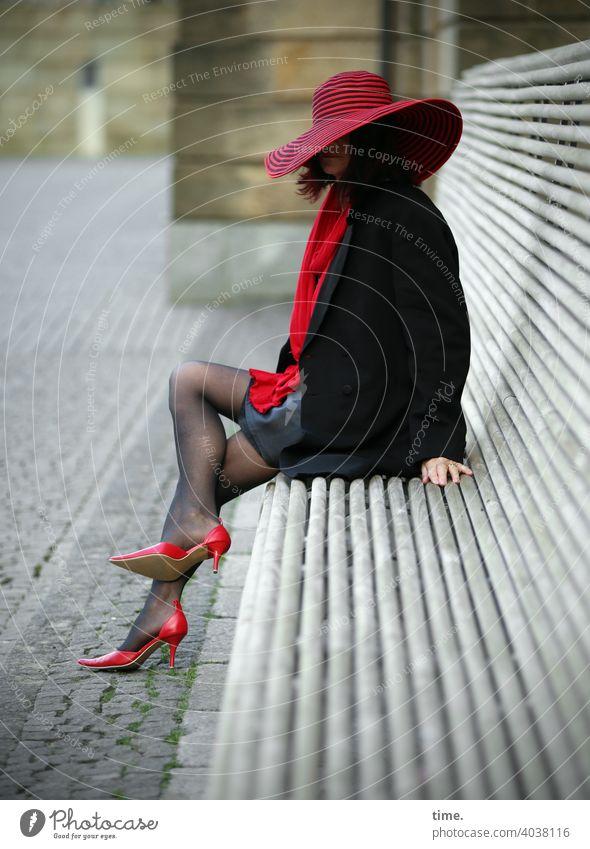 blackredlady frau bank hut rot schwarz heels schal stadt urban sitzen pause beoachten außergewöhnlich stylish bauwerk architektur