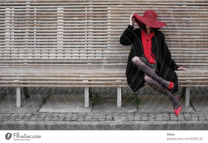 lady rocks the bench frau bank hut rot schwarz heels schal urban pause sitzen stylish außergewöhnlich halten