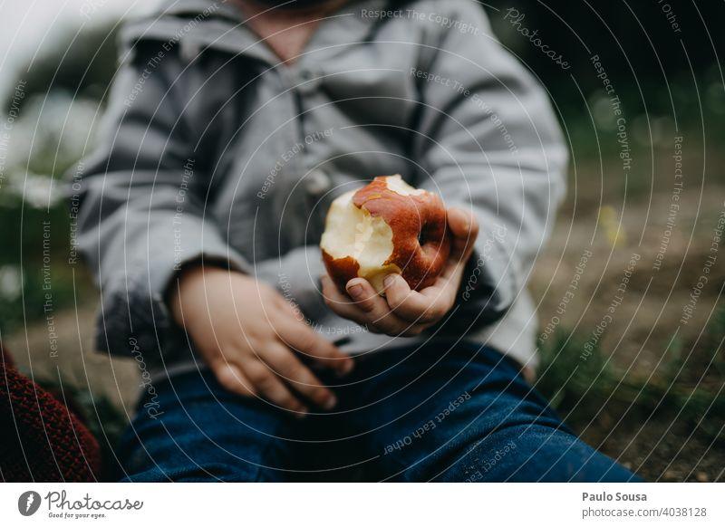 Close up Kind Hand hält einen Apfel Essen Farbfoto Außenaufnahme Ernährung Gesundheit Bioprodukte Tag Apfelbaum Lebensmittel Beteiligung authentisch Frucht