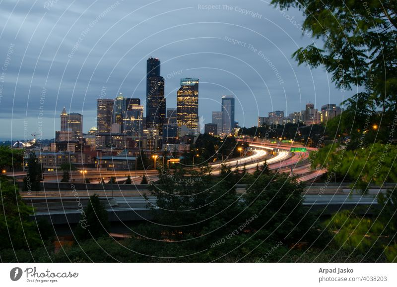 Seattle Skyline Stadtbild mit Lichtspuren und Verkehr Fernstraße I5