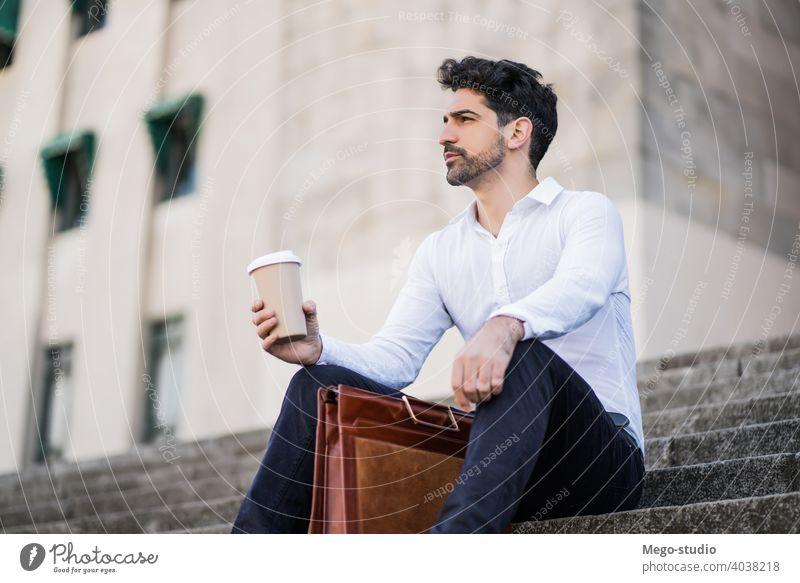 Geschäftsmann beim Kaffeetrinken in einer Arbeitspause. jung Business Mann Tasse im Freien Straße Pause Großstadt urban Leben stylisch Halt heiß Karriere Café