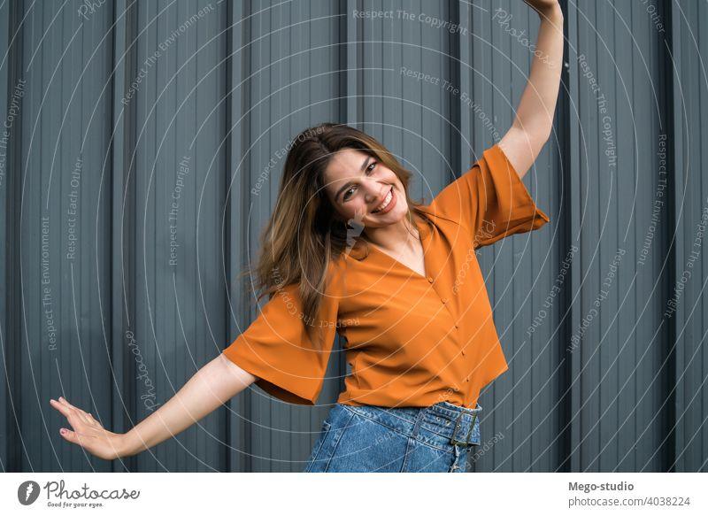 Porträt einer jungen Frau im Freien. Straße feiern stylisch zu feiern urban Lifestyle positiv Feier außerhalb Erwachsener Person lässig Menschen hübsch Glück