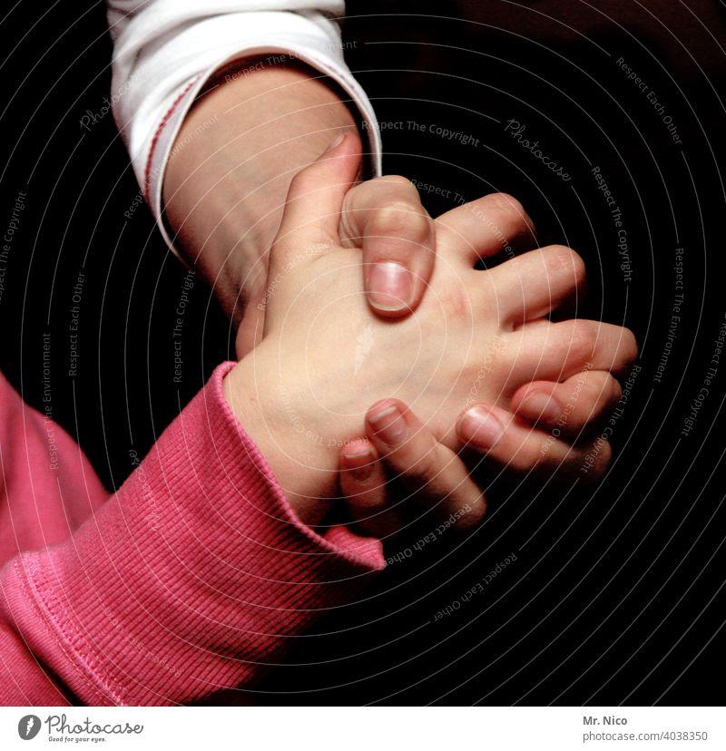 helfende Hand Familie Eltern Glück Generationen Hände Kind Mutter Kraft Liebe Zusammenhalt zusammenhalten Familie & Verwandtschaft Gefühle Freundschaft loyal