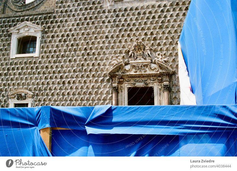 Hinter dem Blau blau Historie historisch Historische Bauten Baustelle Konstruktion Italien Neapel Fenster Tür Architektur reisen urban Europa alt Gebäude