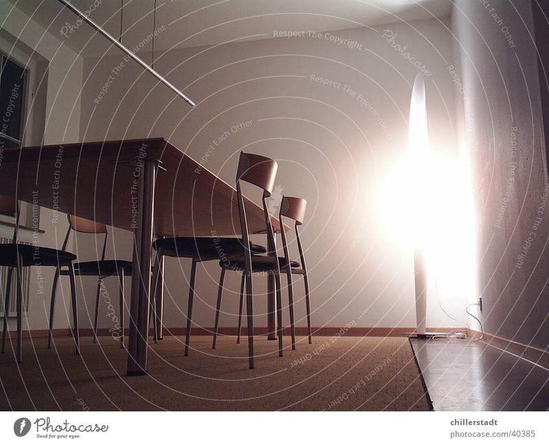 Konfi Besprechungsraum Tisch Stuhl Lampe Teppich dunkel Nacht Licht Häusliches Leben Eisenrohr Bodenbelag