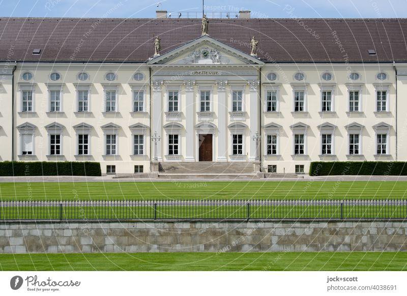 Schloss Bellevue Klassizismus Stil Architektur Baudenkmal Berlin Tiergarten historisch Sehenswürdigkeit Fassade Symmetrie Mitteleingang Zaun Amtssitz