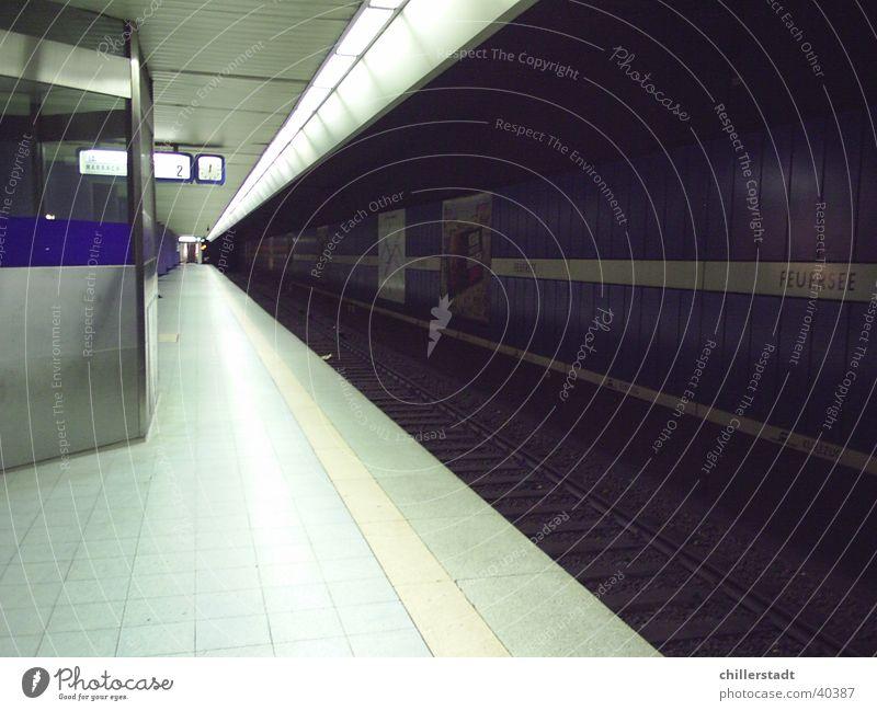 Feuersee dunkel Verkehr Eisenbahn leer Gleise Stuttgart Bahnsteig