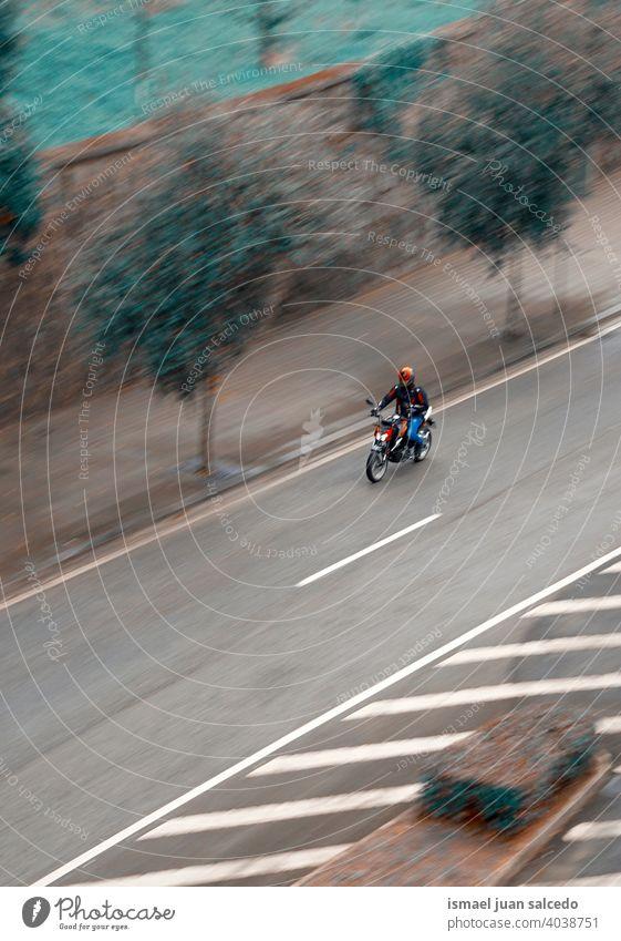 Motorradfahrer auf der Straße in der Stadt KFZ Motorradfahren Mann Laufwerk schnell Geschwindigkeit Straßenfotografie Lifestyle Versand geliefert liefern
