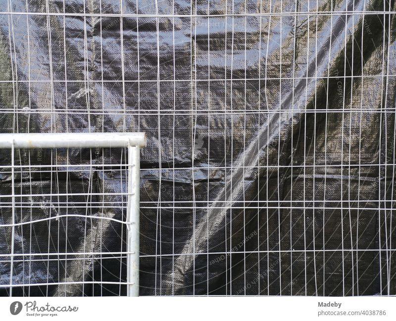 Bauzaun aus Draht mit Sichtschutz aus schwarzer Folie an der Goethe Universität in Frankfurt am Main Bockenheim in Hessen Absperrung Drahtzaun Zaun Gitter
