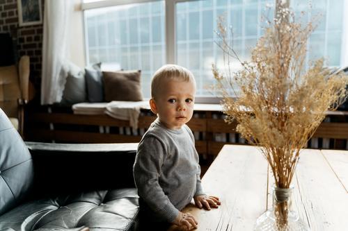 kleiner Junge schaut in die Kamera bezaubernd Baby Säuglingsalter blond Jungen Kind Kindheit niedlich Gefühle erkunden erkundend Ausdruck Familie Spaß