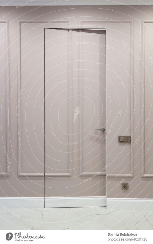 Offene unsichtbare versteckte Tür in der Wand mit Boiserie in klassischem Interieur mit weißem Marmorboden Appartement offen Architektur boiserie zugeklappt