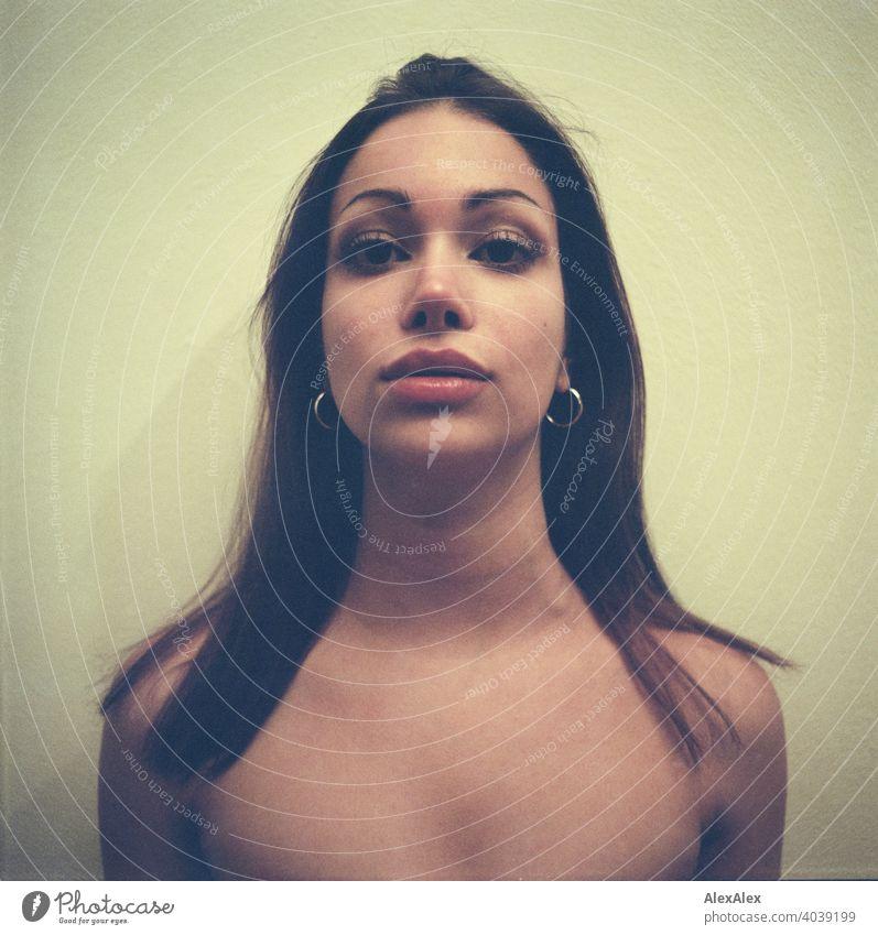Analoges, rechteckiges Portrait einer jungen, schlanken, schönen Frau anmutig seitlich dunkel Schönheit verliebt Dekolleté Haut Freunde gerade gesund Glück