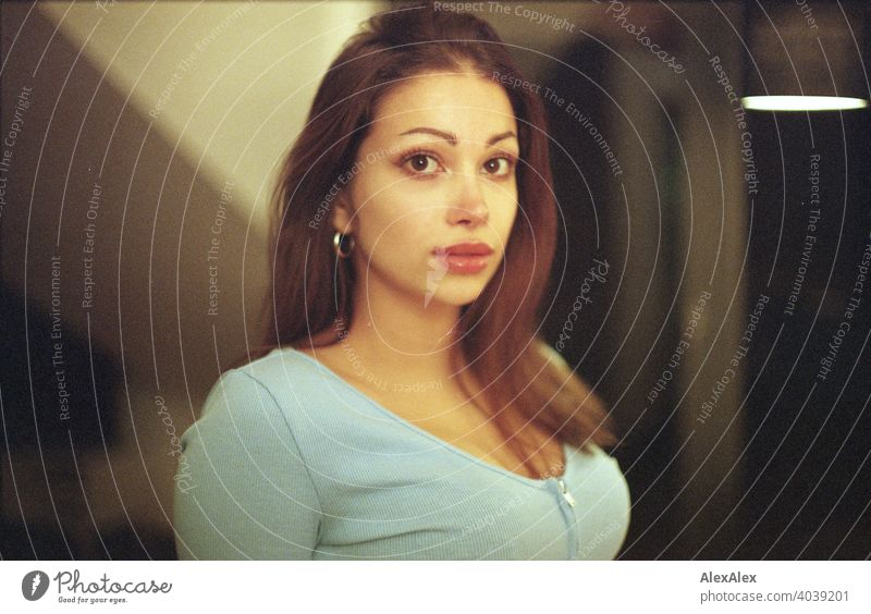 Analoges Portrait einer schönen, jungen Frau mit blauem Top und brünetten Haaren direkt Jugend Anmut Schönheit gesund Aussehen Glück feminin Ästhetik sinnlich