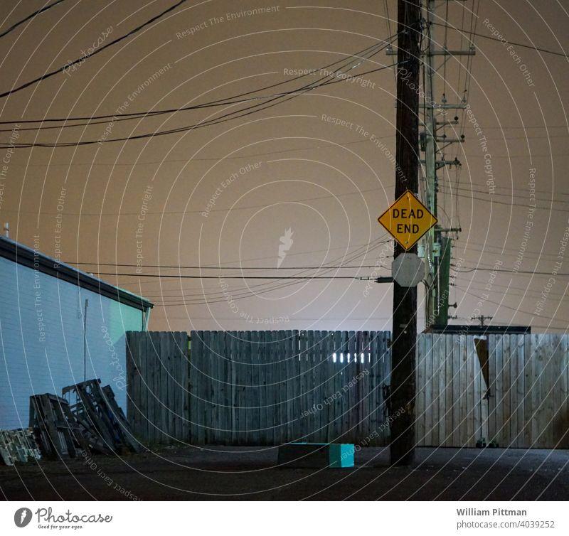Sackgasse Zeichen Stimmung Ende Menschenleer Außenaufnahme Farbfoto Nacht Nachtaufnahme dunkel Tod stimmungsvolle Atmosphäre Hintergrund geheimnisvoll