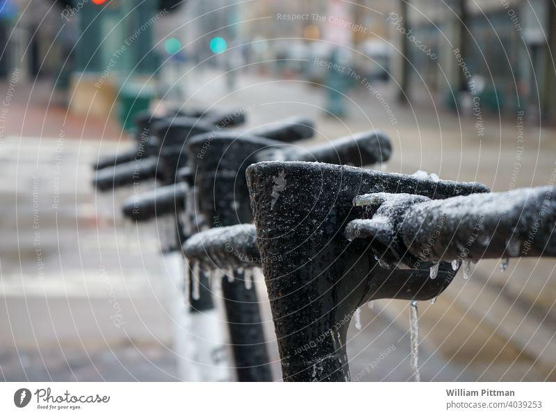 Tiefgefrieren Eis Winter kalt gefroren Eiskristall Nahaufnahme Außenaufnahme Tretroller Winterstimmung Eissturm Elektroroller Jahreszeiten