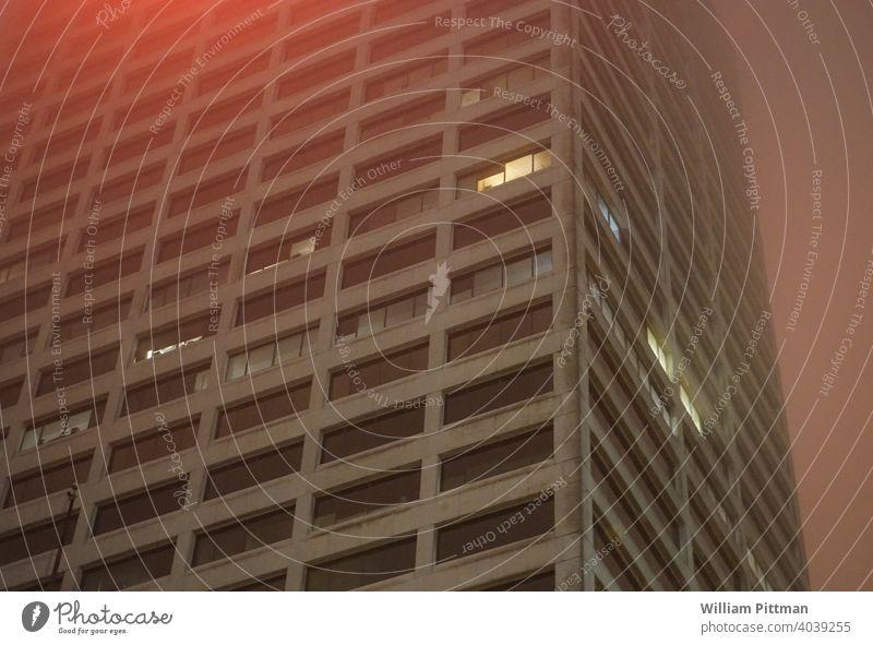 Roter Nebel rot neblig Wolkenkratzer Außenaufnahme Nacht Nachtaufnahme Gebäude dunkel Nebelschleier Nebelstimmung Stimmung Lichtstimmung Vor dunklem Hintergrund