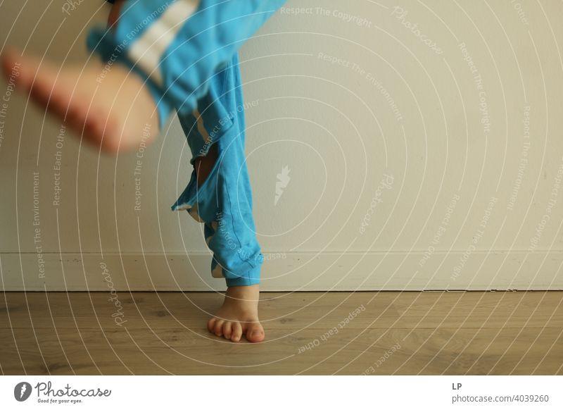 Standbein spielen aktiv tretend Kick Teenager Freizeit sorgenfrei Emotion sich[Akk] bewegen Beine Aggression Anspannung Hose kämpfen Gegner Konkurrenz Karateka