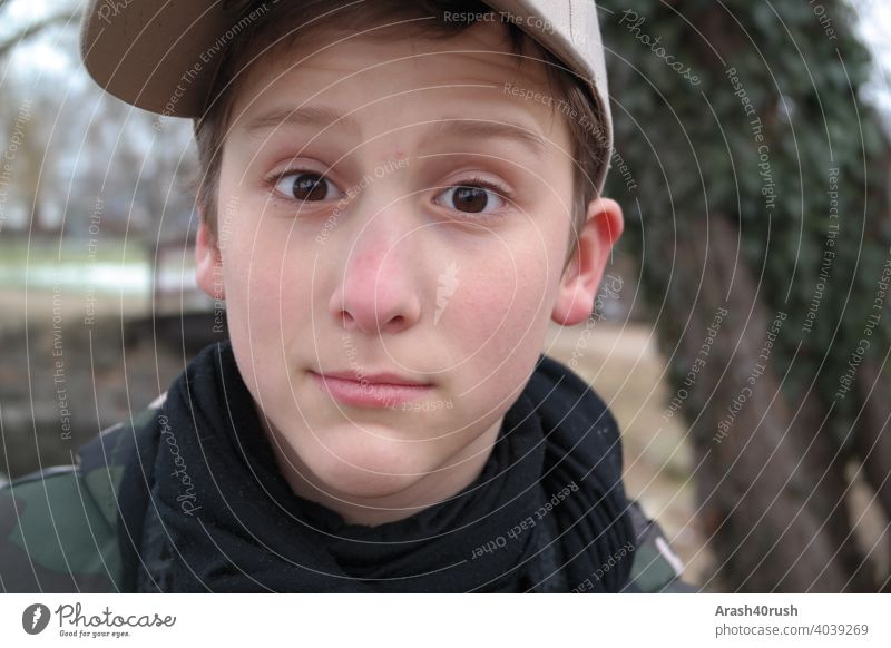 Lausbubgesicht mit Capy young Art Gesicht Porträt Basketballmütze frech Dschungel braune Augen Klick dunkelblond Draussen freizeit 8-13 Jahre männlich
