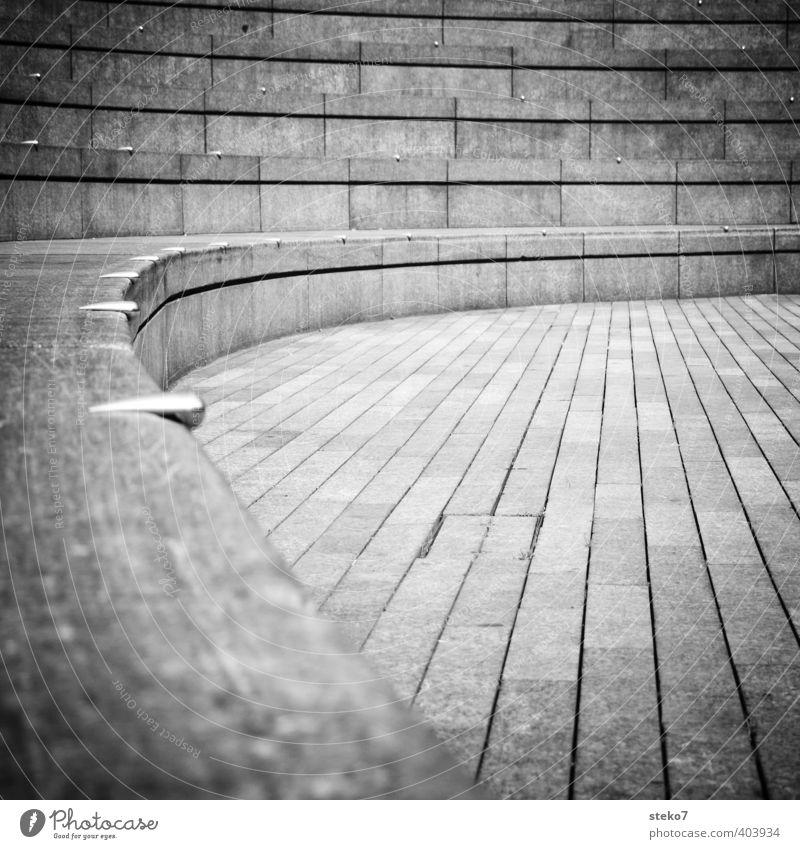 sitzrunde Treppe modern Stadt Perspektive Symmetrie London Stein Amphitheater Schwarzweißfoto Außenaufnahme Menschenleer Textfreiraum Mitte